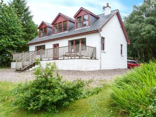 CLEARWATER HOUSE, detached, open fire, garden, WiFi, coast and beach 3 mins, Glenuig, Ref 935391
