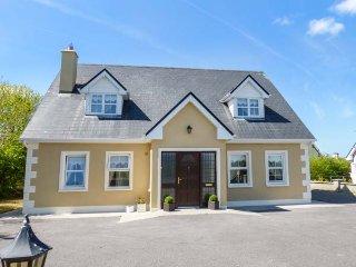 7 GREEN HILL, detached, open fire, private garden, in Boyle, Ref 937613