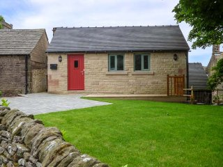 NORTHFIELD COTTAGE, barn conversion, private enclosed courtyard, pet-friendly, WiFi, nr Buxton, Ref 938041