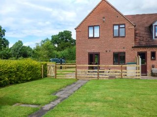 THE WILLOWS, modern cottage, open plan living area, parking, garden, in Church