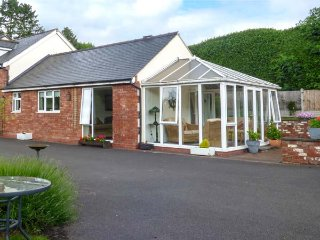KEMPS EYE COTTAGE, self-contained cottage close to town centre, garden, off road parking in Shrewsbury, Ref 938814