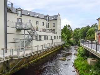 CENTRAL ARDARA RIVERSIDE APARTMENT, first floor apartment, WiFi, allocated parking, in Ardara, Ref 939487