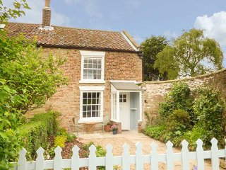 REIVER COTTAGE edge of town, beach two miles, woodburning stove in Scarborough Ref 939418