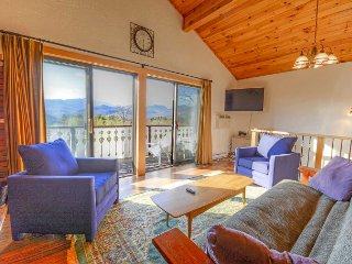2 BR updated condo with views to Mt Washington! Cable, WiFi, near Skiing!