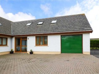 DUNROAMING, ground floor bedroom, close to beach, great family days out, Pendine, Ref 931647