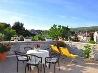 Apartments Sunny Days- Two Bedroom Apartment with Terrace and Sea View, Milna