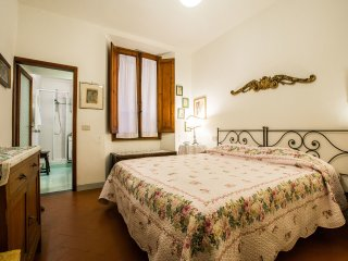 Ancient Florentine Building with 1 Bedroom Apartment