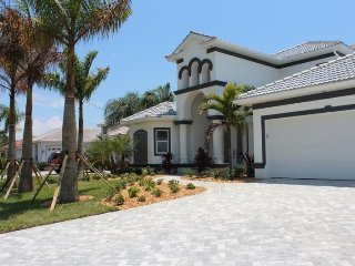 Super stunning 4 bedroom waterfront villa-Custom pool & spa-Pet friendly-Family home-On canal, Cape Coral