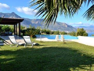 AL011 Villa con piscina 6 posti