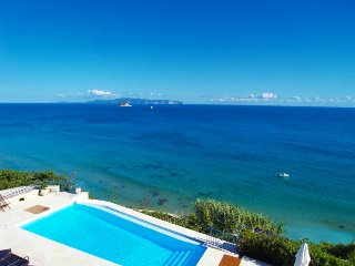 Absolute Beachfront Luxury Villa, Svoronata