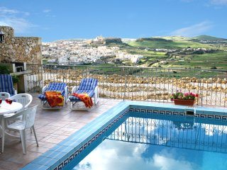Ta' Xmun Farmhouse - Private pool, stunning views, Xaghra