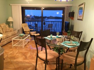 Picturesque Bay Front Property. 90 Second Walk to Gulf Beach., Englewood