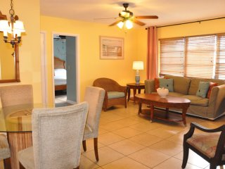 Steps to the beach one bedroom Condo with full kit, Sarasota