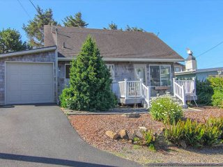 Modern Ocean View Home with Hot Tub 1 block from Beach in Roads End, Lincoln City