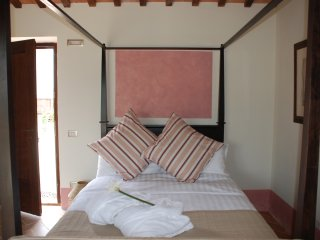 Apartment, four-poster bed, pool, garden & views, San Ginesio