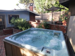 6 BDRMS/ 4 Bath, Sleep 16. 5 Blks to Beach.Jacuzzi