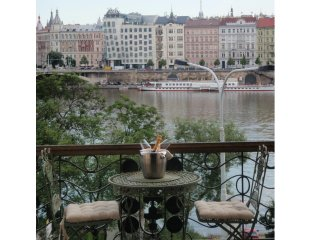 RIVERSIDE ***** Incredible location and view, Prague