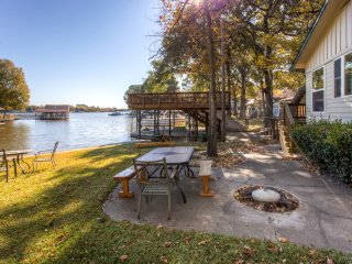 Lovely 2BR Gun Barrel City Cottage w/Private Boat House & Party Deck on 88 Feet of Lakefront Land – Wonderfully Secluded Location! Just Minutes From Town!