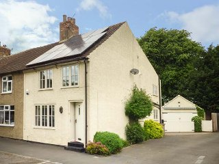 CHURCH VIEW COTTAGE, 1800's cottage, woodburner, WIFi, dogs welcome, in Hurworth-on-Tees, Darlington, Ref 936426