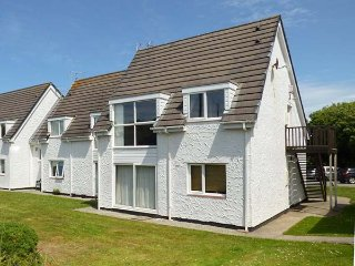 24 ISALLT LODGES, first floor apartment, parking, shared gardens, balcony, in Trearddur Bay, Ref 936744