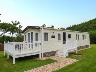 WOODLANDS PARK, lodge, WiFi, enclosed veranda, communal gardens, nr New Quay, Ref 937948