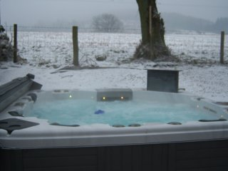 Woodside cottage with hottub, wifi, full sky tv views to Mabie Forrest