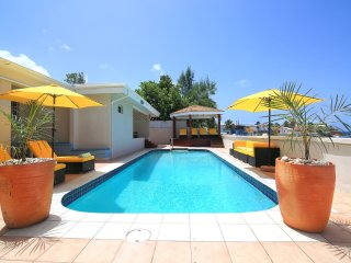 SUNSHINE VILLA... Huge, affordable beachfront villa, full AC, walk to restaurants, bars and casino!, bahía de Simpson