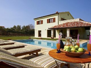 Luxury Villa San Lorenzo in a 3000 m2 large garden, Peroj
