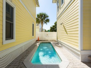 Across from Beach W/ Ocean Views. Private Pool, Destin