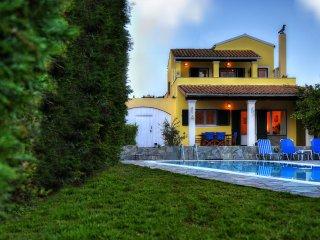 Villa mit privatem Pool, Garten, leicht zu Fuß zum Meer, Agios Spyridonas