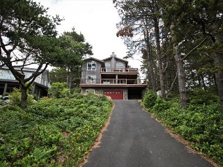 BEACH PINE~Spectacular home on the Golf Course with hot tub and great views., Manzanita