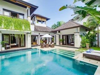 Luxury 3, 3BR Waterfront Villa, Nusa Dua;