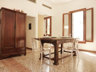 Comfortable and light apartment, canal view, Venecia