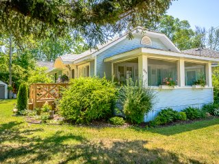 A Vintage Crystal Beach Cottage - Book now for Summer - rates go up March 1!