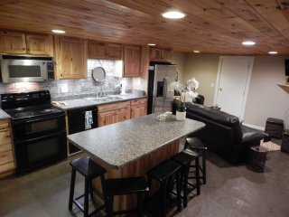 Charming 3BR/1B full basement apt. 4mi. from BMS!