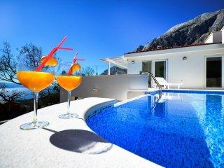 Avbl. 29.7.-5.8.! New luxury villa -great location! Value 4 money!