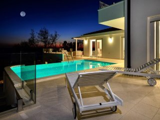 New luxury villa, heated pool -fantastic sea view! Value 4 money!