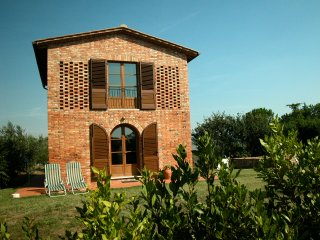 Holiday Private Cottage with shared pool near Siena