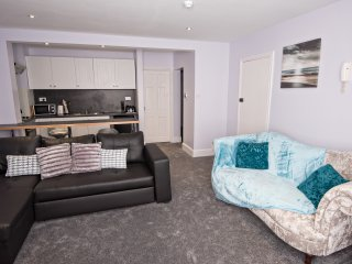 The Coral, elegant seaside, pet friendly apartment, Saltburn-by-the-Sea