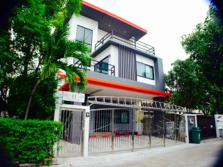 4 BR Modern HOME / BTS / WiFi / Local Environment, Bangkok