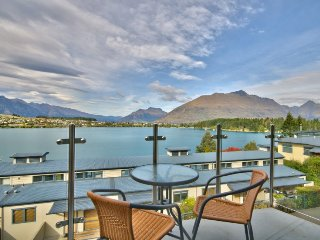 Lakeside 3 Bed Apartment - Stunning Views!, Queenstown