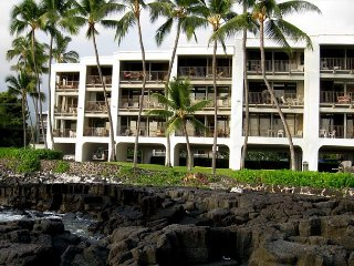 Oceanfront-Incredible Views, Surf Break & Romantic Sunsets at Bali Kai 223, Kailua-Kona