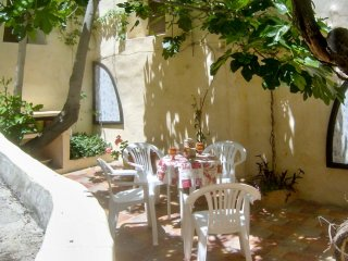 Medieval townhouse with lovely patio, Moratalla