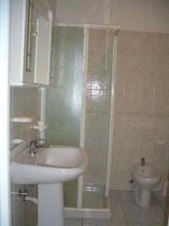 Bagno con doccia e sanitari (primo piano)