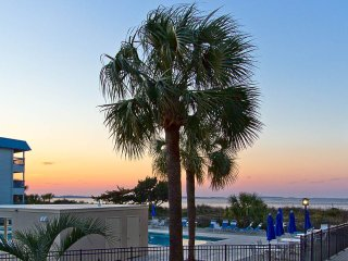Poolside Fun; Beautiful Sunsets; Discount Rates!!, Isla de Tybee