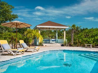 Romantic cottage 3 mins from stunning Grace Bay beach.
