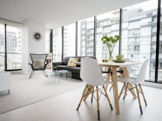 Big City Edge VIEWS! 2 BR APT+WIFI, Melbourne