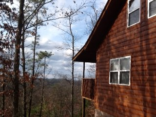 Romantic,Beautiful View! Loft, Hot Tub, Pool Table, Gatlinburg