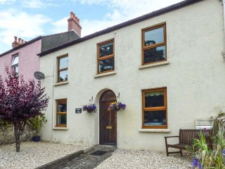 RAILWAY COTTAGE, enclosed garden, short walk from beach, WiFi. in Tenby, Ref 937