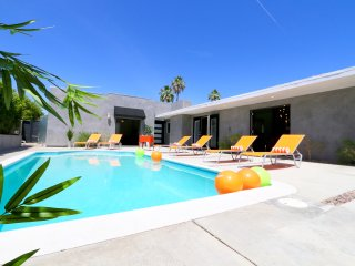 Desert Mod! Boutique hotel style--sleeps up to 14., Palm Desert